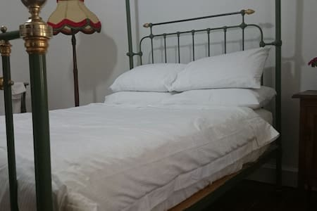 Spacious, well appointed, 1920's furnished room. - East Tamworth