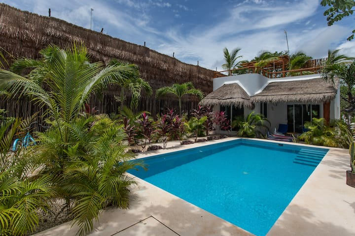 HONEYMOONERS ECOFRIENDLY HOUSE -  POOL AND BIKES