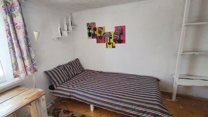 Место в комнате Африка в творческом коливинге