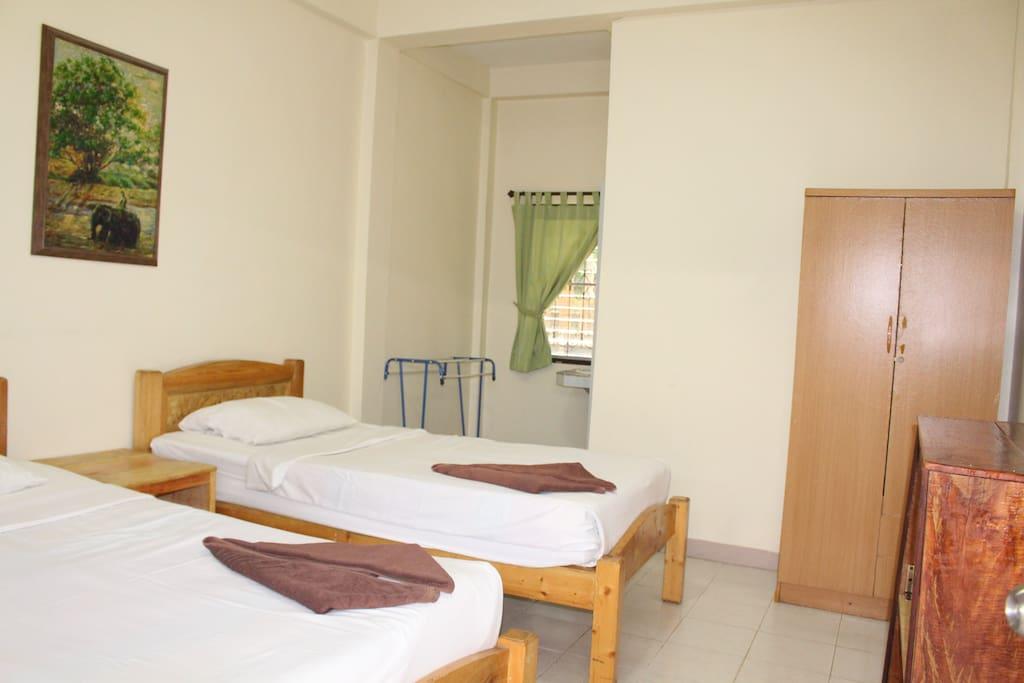 Jungala house twin rooms spacious green garden for Green garden rooms