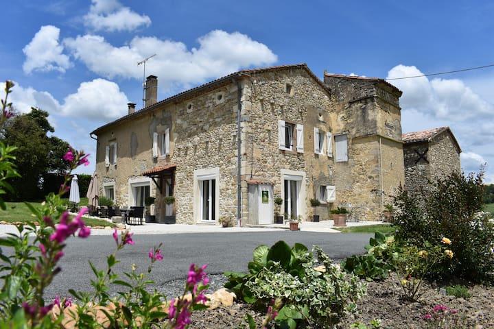Grande maison en pierre à la campagne