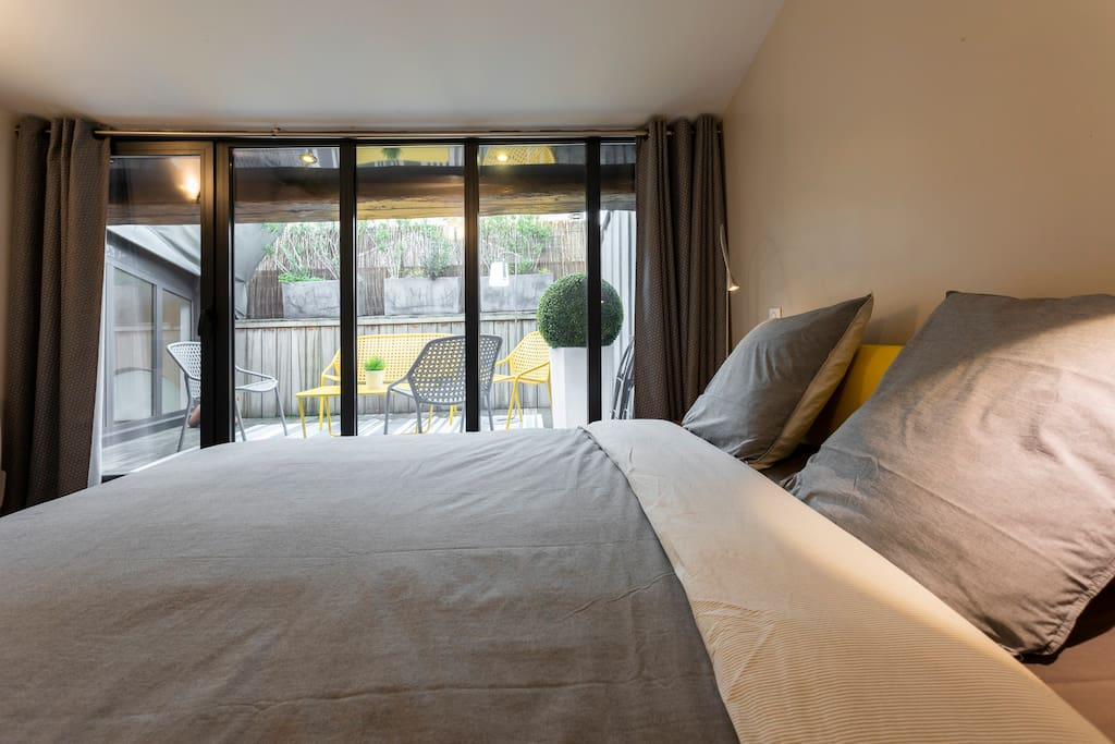 Upstairs bedroom 1. With view onto patio area. Air-conditioned. Bed linen provided. Queen size bed (160 cm)