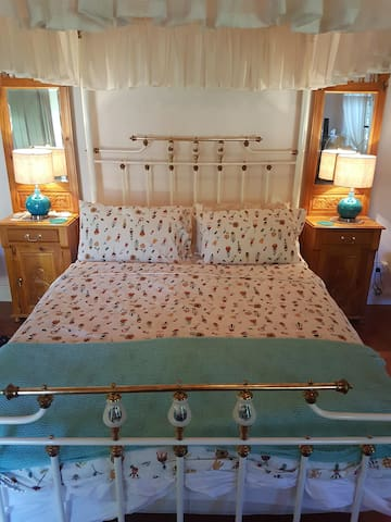 antique 4 poster bed in the cottage