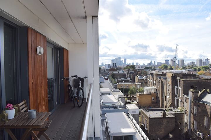 Bright 1 Bed with Balcony Close to Central London