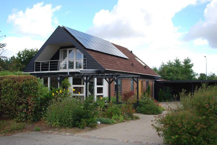 Billund Sønderkær ligger i et roligt villakvarter. - Billund
