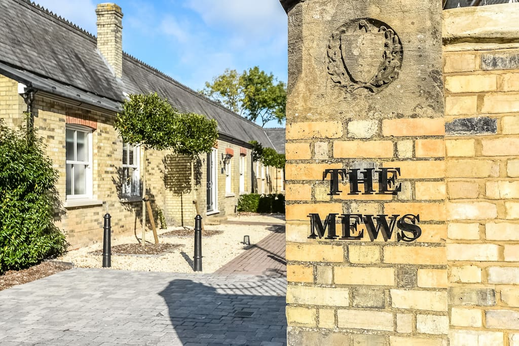 The Mews is  just a stroll away from Windsor Great Park, a Royal Park covering 5,000 acres that was popular with Saxon Kings as a hunting forest. It is home to the Copper Horse, Savill Gardens and Virginia Water Lake as well as Smiths Lawn which hosts Cartier Polo. Deer roam freely alongside the Great Walk, a majestic pathway that leads to Windsor Castle.