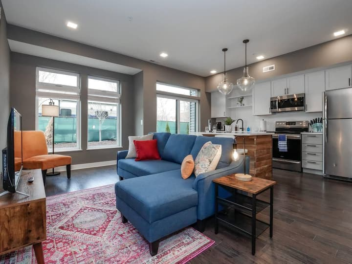 1 Bedroom Luxury Condo Minutes from Downtown- D2