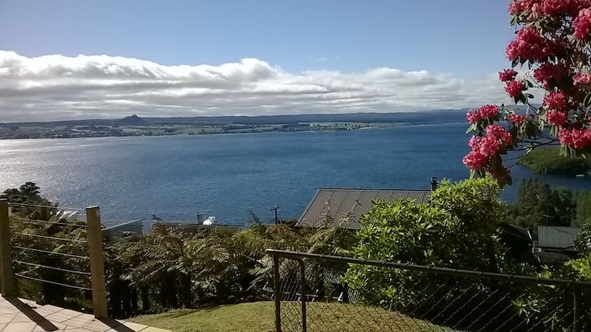 Bach 63: Stunning Lake Views! - Taupo - Casa