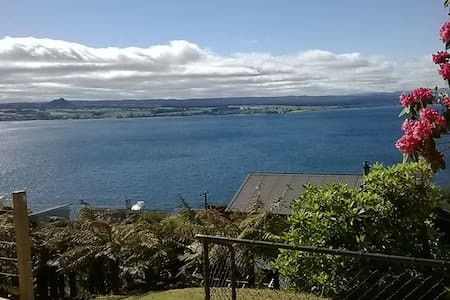 Bach 63: Stunning Lake Views! - 陶波(Taupo) - 独立屋