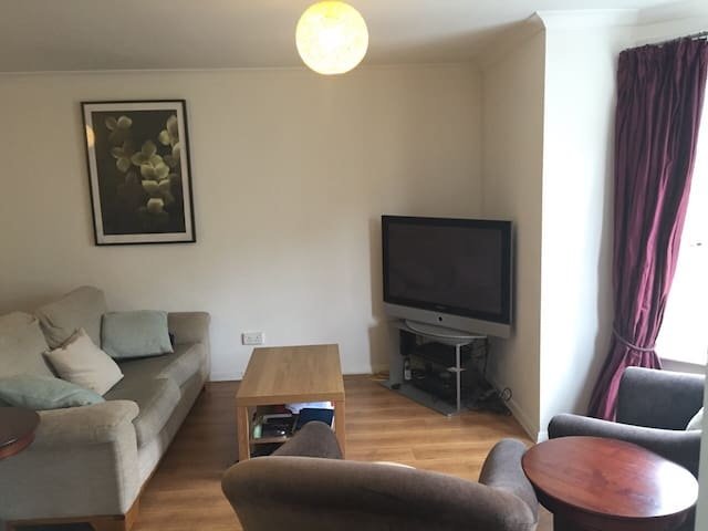 FEMALES ONLY Modern double bedroom in city centre