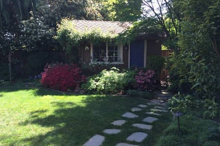 Cottage bedroom in secluded garden - Redwood City