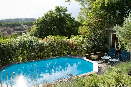 Grande maison avec piscine et jardin calme