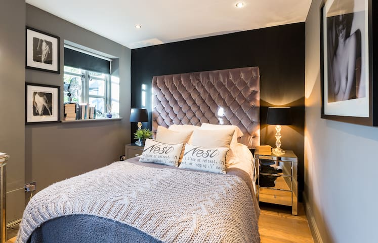 Contemporary and cosy double bedroom with three windows that overlook the walled garden. Tv, dvd, i pod player and memory foam mattress. Egyptian cotton bedlinen.