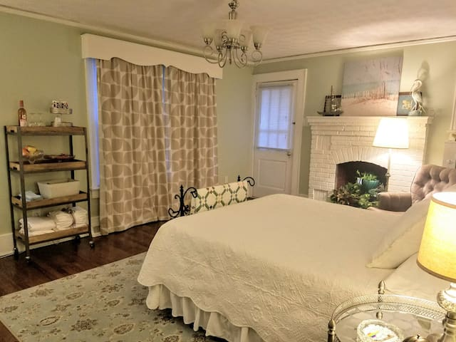 Large bedroom near downtown w/ private entry/drive