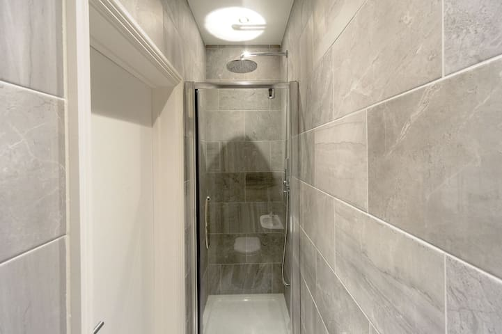 Rain Shower in full ensuite Bathroom