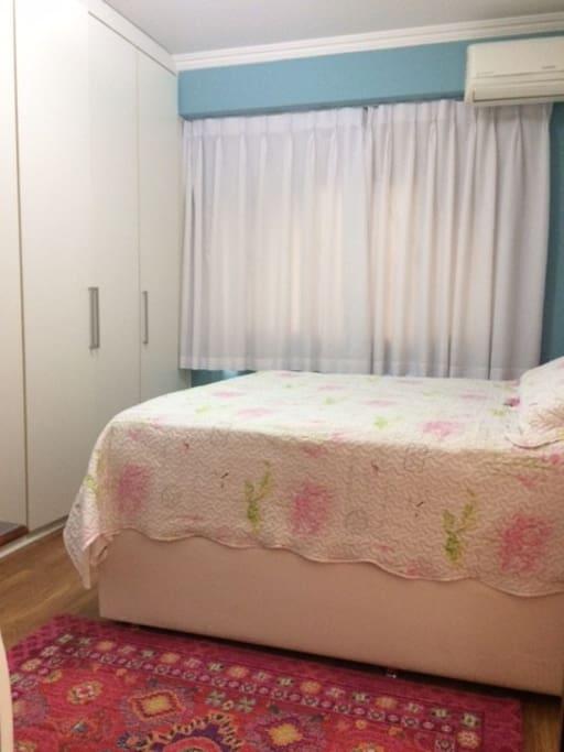 Suíte com cama de casal nova tamanho queen, super confortável e ar refrigerado.