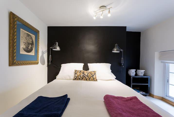 Dormitorio principal en entreplanta del apartamento. Tiene su ventana y da a una calle tranquila.