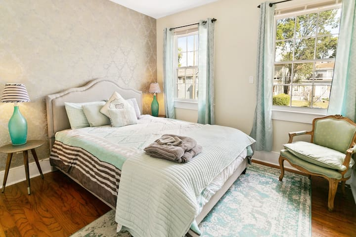 Gorgeous Room in Historic Townhouse, Downtown