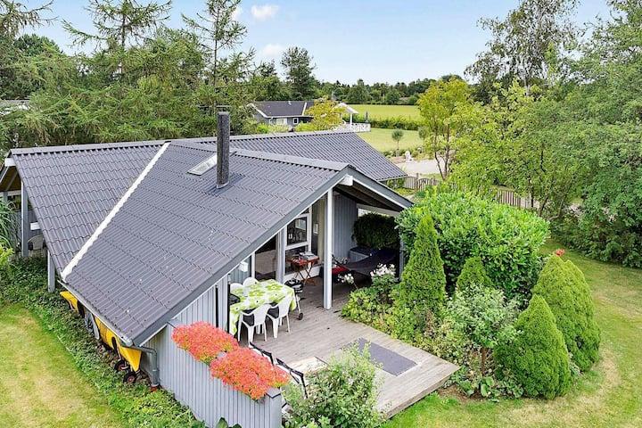 Komfortables Ferienhaus auf Seeland mit Garten