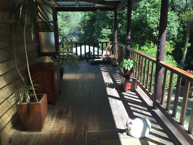 Secluded finely crafted treehouse in rainforest. - Kuranda