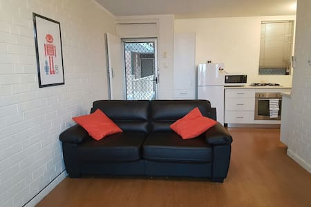 Entire unit - free wifi & parking - Wembley