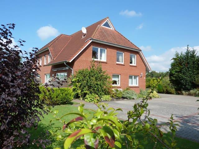 Helle und freundl. Ferienwohnung in Ostfriesland - Neukamperfehn - Leilighet