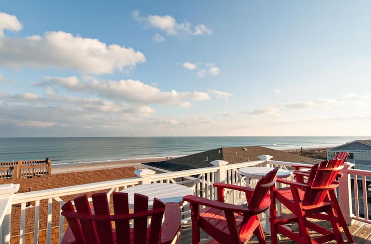 Sandcastle (Upper)-Amazing panoramic views in this ocean side home with game room