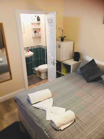 ENSUITE PRIVATE DOUBLE ROOM 1