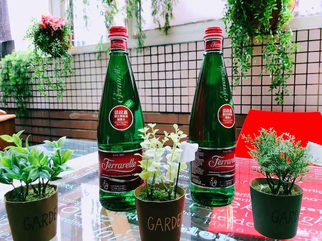花園裡的餐桌上所有的笑聲時光,就連一杯爽口的氣泡礦泉水都會帶給你這一些美麗的回憶