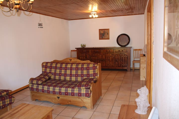 Aprt. Azalees 1 - Large 2 bedroom apartment centrally located and foot steps to slopes and lifts