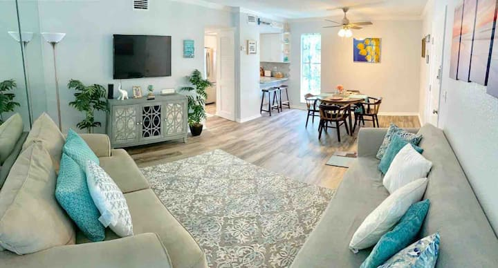 Remodeled 2 Bedroom 2 Bath, One Block to the Beach