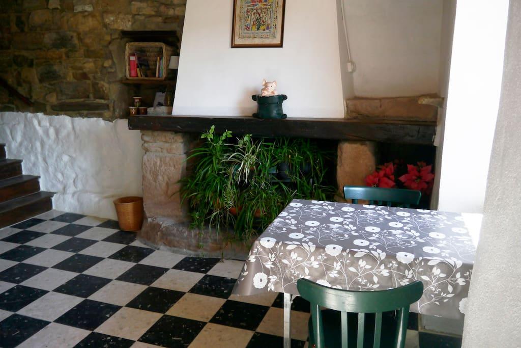 une table pour manger et une grande cheminée