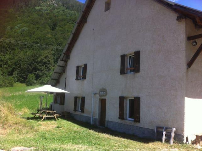 FRANCE, Hautes Alpes, Champsaur : T3 +jardin calme
