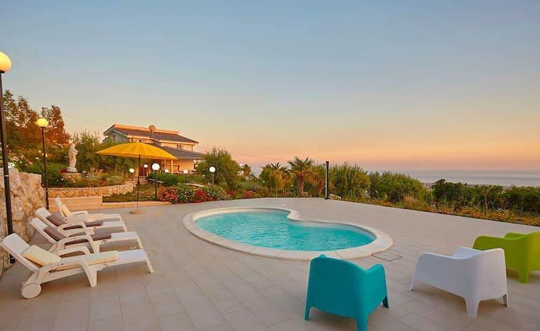 Spettacolare Villa !!! NATURA - ARTE - MARE