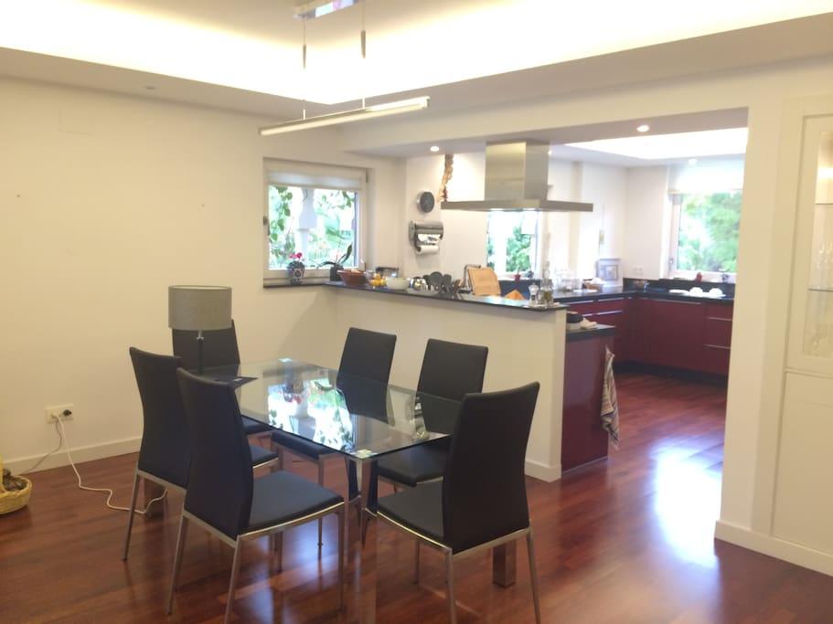Essplatz mit offener Küche
