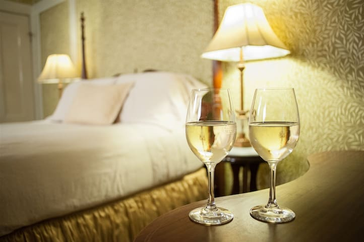 Deluxe Queen Room Within Walking Distance to Healdsburg Plaza