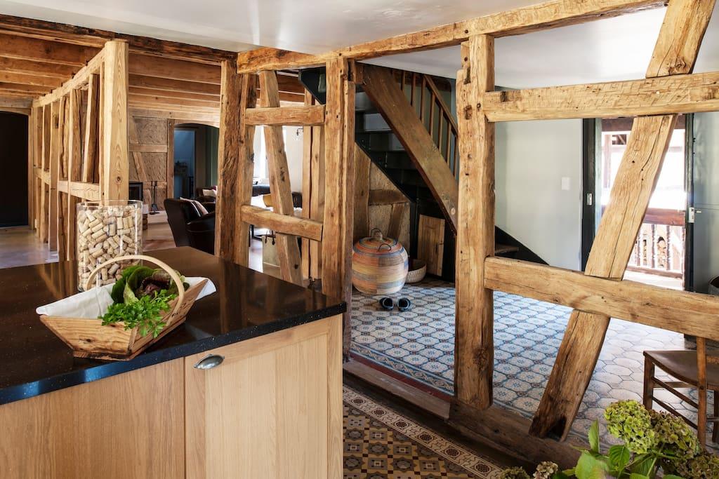 Les espaces à vivre sont ouverts, la cuisine bien équipée