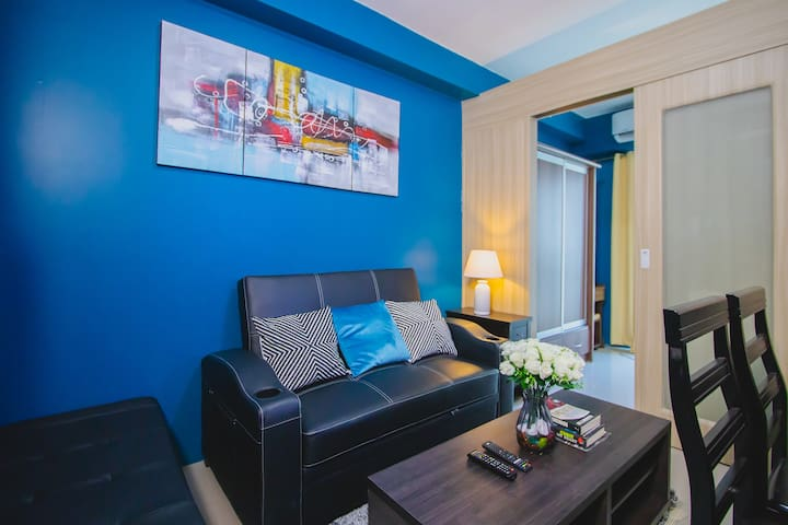 "1BR Condo @ Mall of Asia, 50""TV, Cable & FAST Wifi"