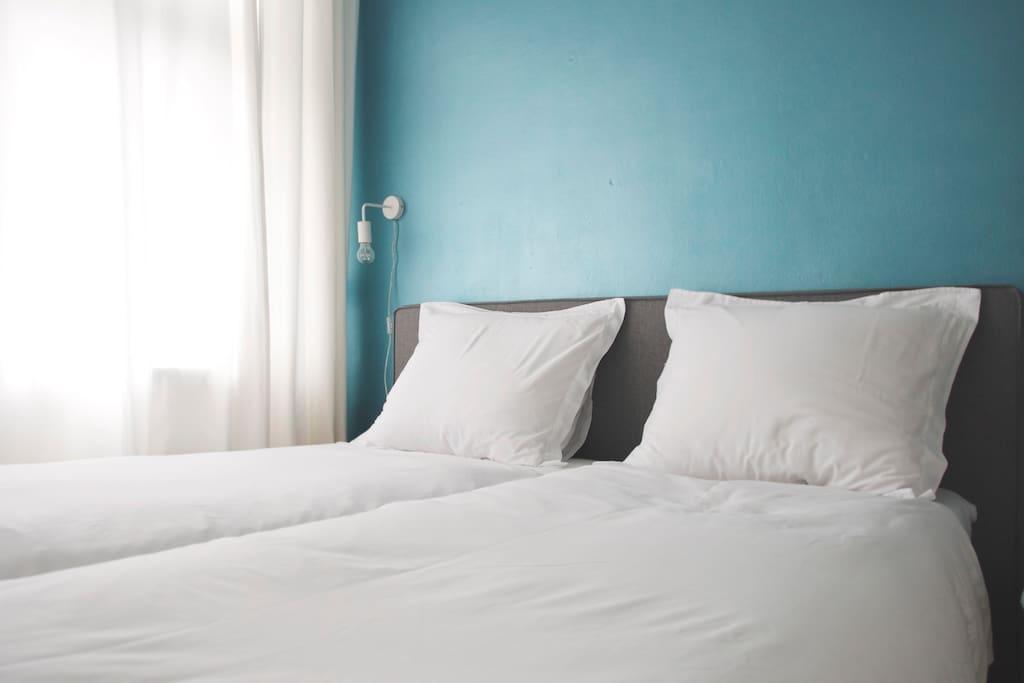 Slaapkamer met 2 bedden. Zowel aan als van elkaar af te schuiven.