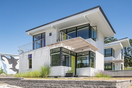LIGHT HAUS (A) Modern & Clean in Eastsound