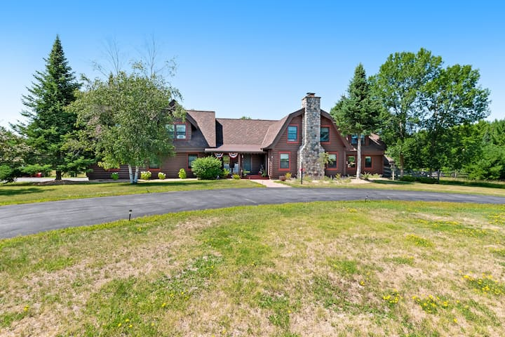 Beautiful farmhouse w/ firepit, screened porch & gas grill - close to lakes!