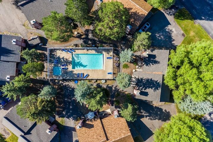 Huckle-Beary Haus & seasonal heated pool & hot tub