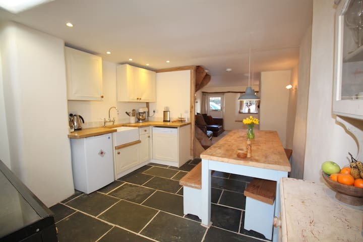Cosy Cobb Cottage, nr Exeter - Cherry Tree Cottage - Exeter