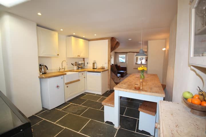 Cosy Cobb Cottage, nr Exeter - Cherry Tree Cottage