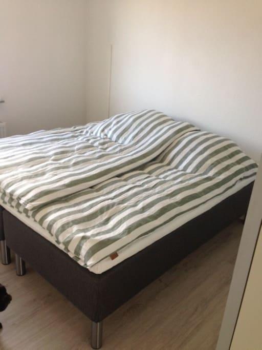 Soveværelse med dobbeltseng og stort garderobeskab
