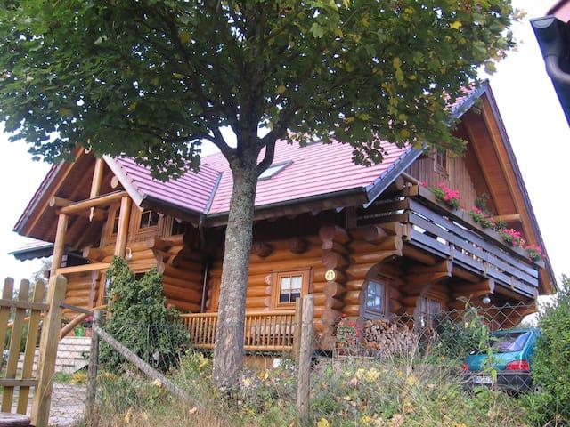 Gemütliches Holzhaus