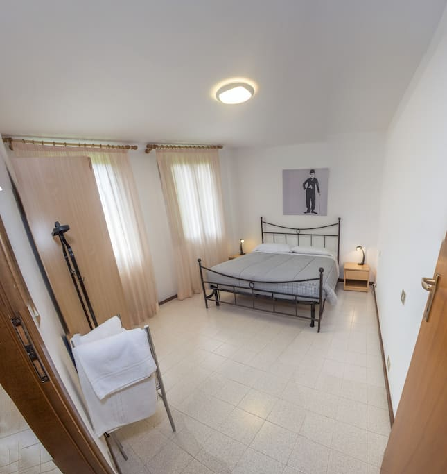 Camera da letto con asciugamani