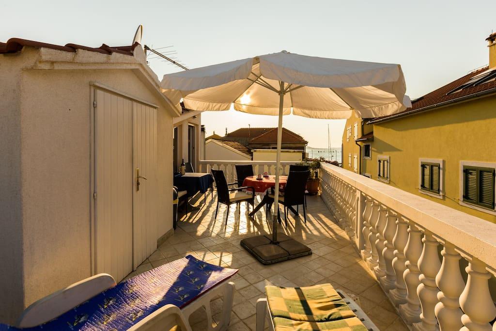 Sonnige Terrasse mit Meerblick