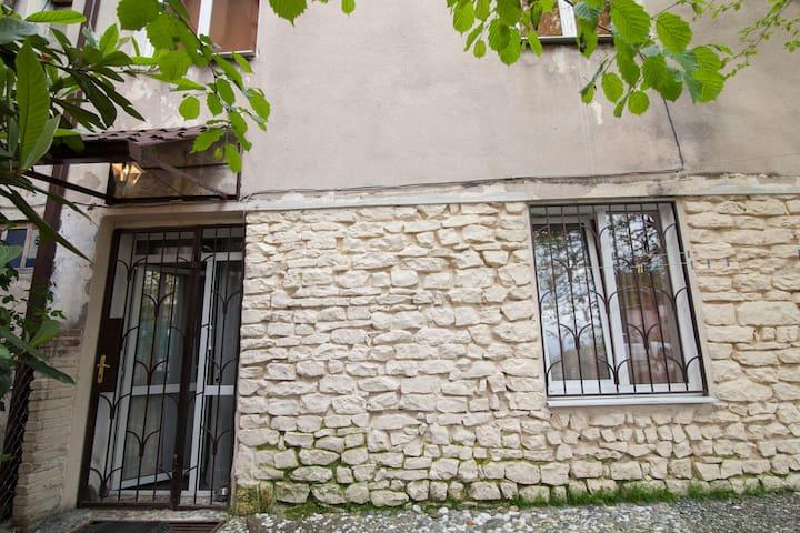 Дизайнерская 2-х к.квартира с садиком и парковкой - Sokhumi - Lägenhet