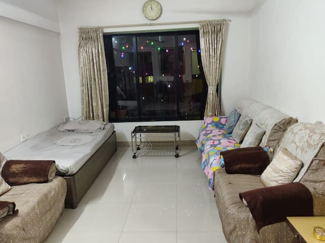 Cozy room in 3BHK in Malad West near Infiniti Mall